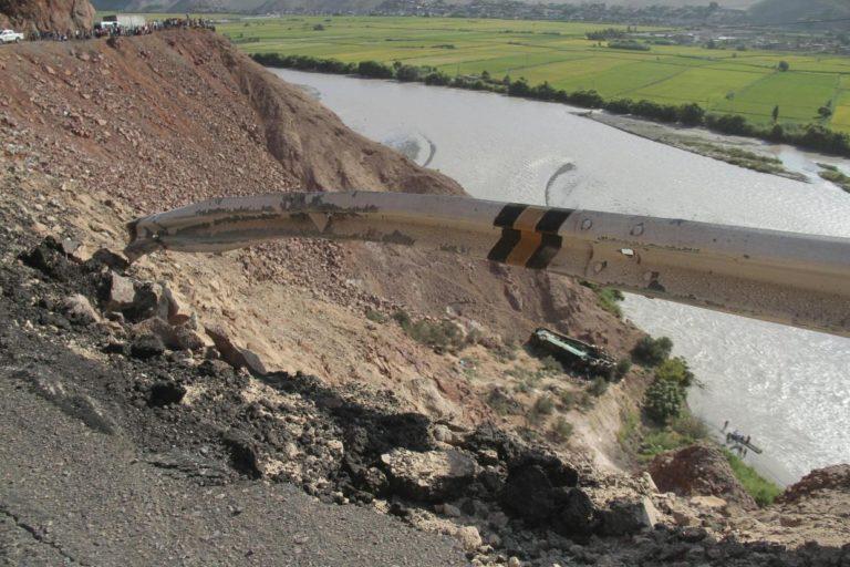 Peru bus crash: 44 dead after coach plunges 100 metres into ravine